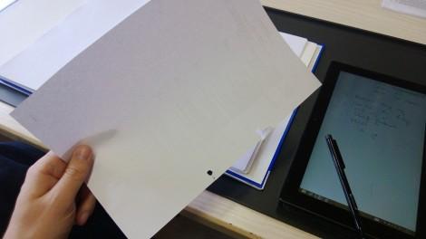 Surface Pro mit Stift und Papier